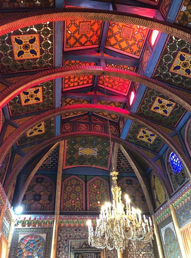 画像: 宮殿内の天井。鮮やかに彩色された木工細工の、白い外観とのコントラストに驚かされる
