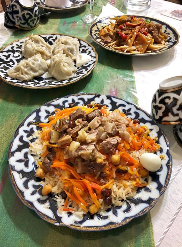 画像: ウズベキスタンのスタンダードメニュー。 (手前から時計回りに) プロフ(ピラフのような炒めごはん)、マンティ(餃子)、ラグマン(うどんのような麺に肉と野菜の煮込みをのせたもの)