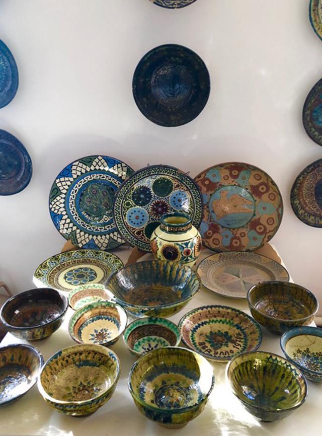 画像: ギャラリー内部に展示された、ギジュドゥヴァン産アンティークの器の数々