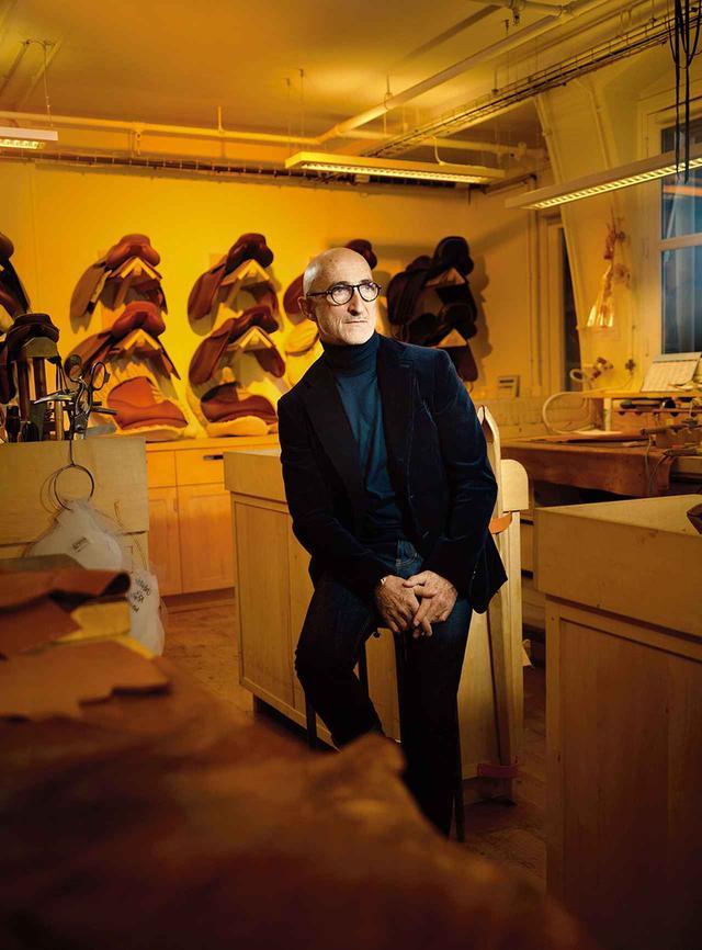 画像: シューズ&ジュエリー部門 ピエール・アルディ 元ダンサーで、イラストレーターでもあった博学多才の持ち主。1990年からエルメスのシューズデザイナーになり、2001年以降はジュエリーも任されている。彼は現在、設立して20年になる自身のブランドのアトリエと、パンタンのエルメス社にあるアトリエを往復しながら仕事をしている。 「エルメスにはルールもバイブルもない」とアルディ。「それで事がうまくいくのは、キャスティングが見事だから。オーケストラのように、それぞれの人が常に満身の力を込めて演奏しているんだ」