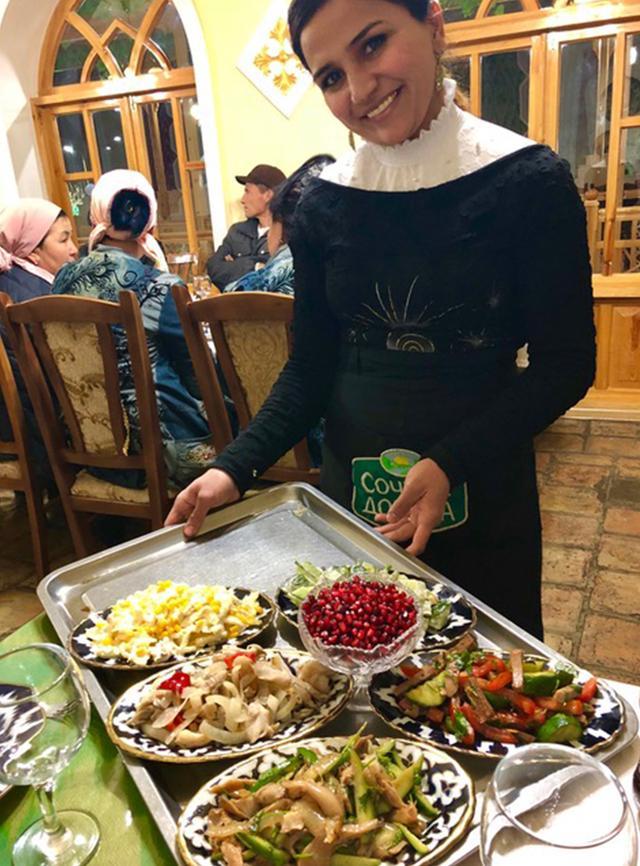 画像: レストラン「Chinar(チナル)」。ウエイトレスが運んできたトレイから、好きな小皿のサラダをチョイスする。美容に効果ありというザクロのサラダも