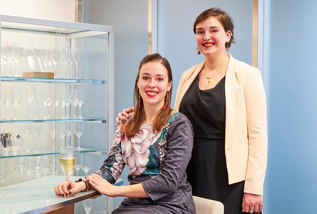 """画像: (左)姉のシャルロット・ド・スーザ。輸出最高責任者兼栽培醸造顧問。ワイン業界におけるマーケティング&マネージメントの最高資格""""OIV""""マスター修士課程修了。 (右)妹のジュリー・ド・スーザ。栽培・渉外担当。ディジョン大学大学院で醸造と栽培の国家資格を取得。ブルゴーニュ「ドメーヌ・ド・ラ・ロマネ・コンティ」、ボルドー「シャトー・シュヴァル・ブラン」などで研鑽を積む"""