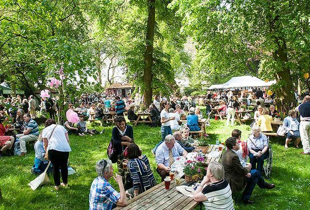 画像: フラワーショーの中庭がピクニックサイトになっている。英国らしい楽しみ