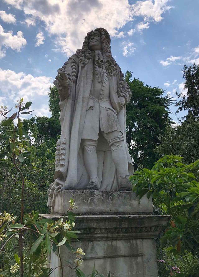 画像: 自然科学、博物学など多岐にわたって豊富な知識をもっていたハンス・スローン卿。その像が今もガーデンを見守る