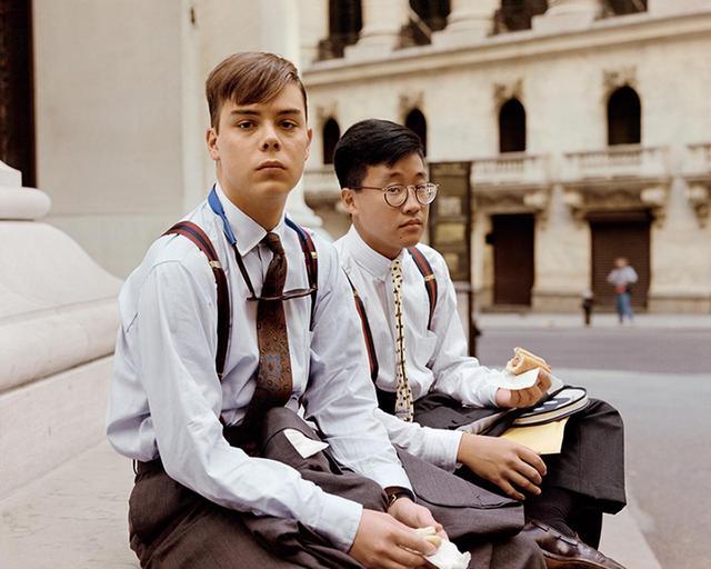 """画像: JOEL STERNFELD, """"SUMMER INTERNS HAVING LUNCH, WALL STREET, NEW YORK, NEW YORK, AUGUST 1987"""""""