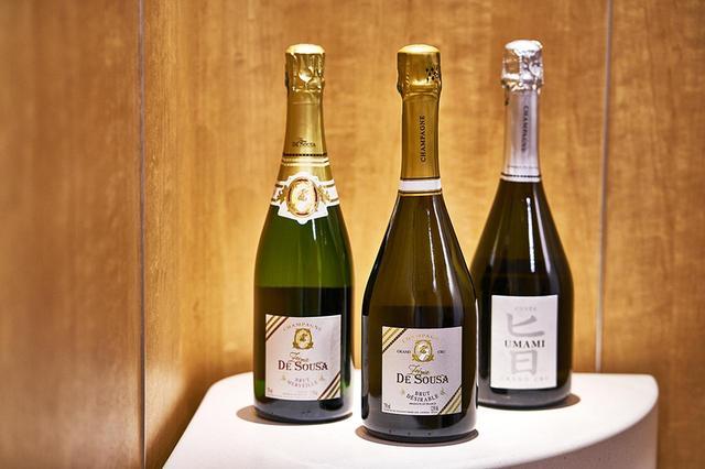 画像: (左から) 「ゾエミ・ド・スーザ ブリュット メルヴェイユ」 <750ml>¥7,100 シャルドネ50%、ピノ・ノワール40%、ムニエ10%。ドザージュ6~7g。グレープフルーツやアカシアの香り。優しく、フェミニンな印象。アペリティフやチーズなどに 「ゾエミ・ド・スーザ ブリュット デジラプル グラン・クリュ ブラン・ド・ブラン」 <750ml>¥12,000 シャルドネ100%。ドザージュ5gアヴィーズ、オジェ、メニル・シュル・オジェなど、グラン・クリュの村のヴィエイユ・ヴィーニュのみ(樹齢50年)を使用。芳醇でコクのある味わい。甲殻類と好相性 「ゾエミ・ド・スーザ キュヴェ ウマミ」 <750ml> ¥25,000 シャルドネ70%、ピノ・ノワール30%。ドザージュ3~4g。豊かなミネラルとほのかな塩気。ブリオッシュやスパイスの香りと深みのある味わい