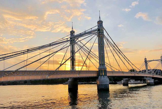 画像: テムズ河にかかる橋も来歴はさまざま。夕陽に浮かぶシルエットも美しい