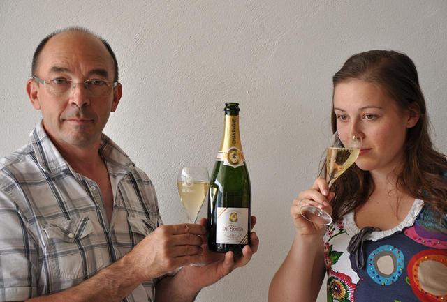 画像: 父のエリック・ド・スーザ(左)。「ド・スーザ」の2代目で、いち早くビオディナミを実践したレコルタン・マニピュラン(自家栽培小規模生産者)として名高い。「ゾエミ・ド・スーザ」創設者