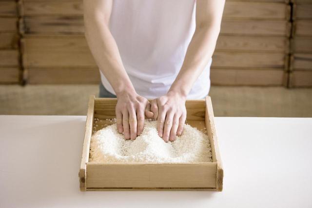 画像: 杉製の麹蓋を使って米麹を手作りする「製麹」の工程