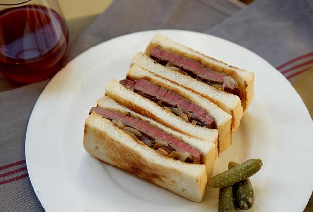 画像: しょうゆの風味が香ばしいジューシーなステーキ肉、炒め玉ねぎとトーストのゴールデンコンビに、軽やかな赤ワインがベストマッチ。春の昼下がり、オープンエアでおいしい空気を一緒に味わいたい