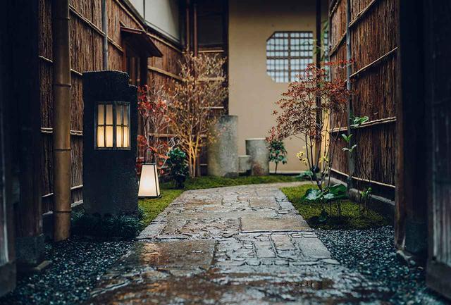 画像: 玄関までは、茶人好みの趣ある石畳の小路が続く。奥に進むごとに表の喧騒から切り離され、静寂の世界へと誘われる