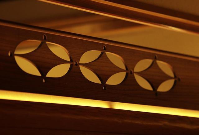 画像: 数寄屋建築の特徴のひとつ、欄間の細工。デザインは各室ごとに異なる。襖の取っ手など部屋に施される意匠は吉祥文様が多く、この菱形も武将などが好む形 PHOTOGRAPH BY TAKAKO OHARA