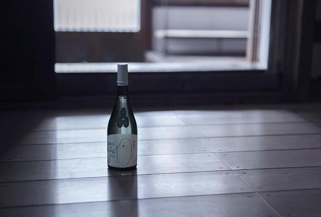 画像: 酒米の名と年号を冠した有機純米酒「禱と稔」。稲作から酒づくりに至る日本固有の精神世界を象徴したネーミングは、編集工学研究所所長で日本文化研究の第一人者である松岡正剛氏による。今後、熟成させたものを毎年リリースする予定で、今年発売されたのは2015年醸造のもの
