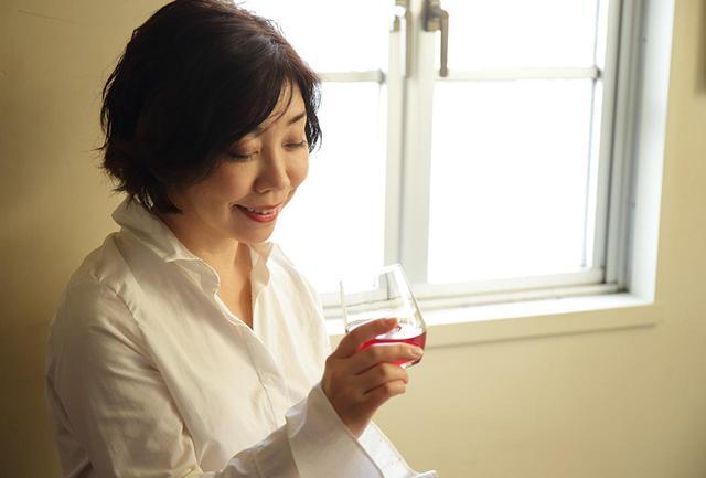 画像: 「このワインはちょっと冷やし気味でもおいしい。タンニンが豊富で酸味も強いヤマソーと糖度の高いスチューベンの組み合わせなので、いろんな食事に合わせられると思います」と平野さん。厳選ワインとのペアリングを楽しめる料理教室「cuisine et vin」も大人気 cuisine et vin公式サイト