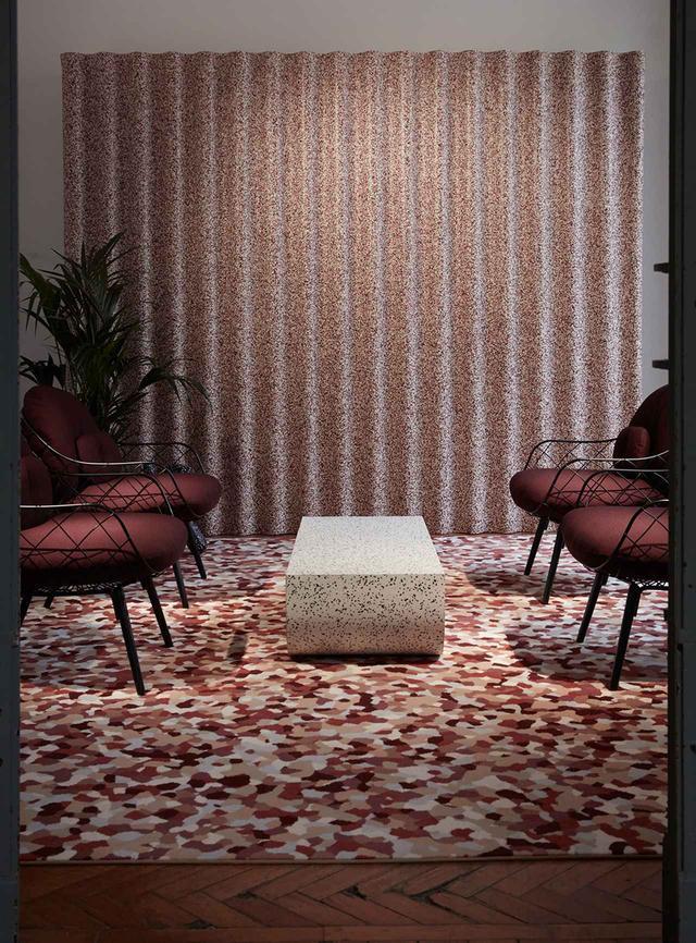 画像: カーペット、テーブル、壁のスクリーンを覆うタルケットの表面材。その時々で手に入るビニールの色が異なるため、リサイクル材を生かして花崗岩のような模様に