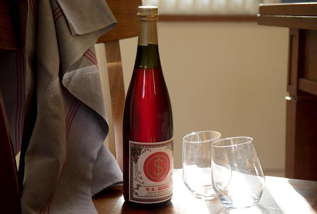 画像: 千葉県山武郡の横芝光町にある「齊藤ぶどう園」。化学肥料を使わず減農薬でブドウを栽培、酸化防止剤無添加、無濾過でつくられたナチュラルなワインは多くのファンをもつ。スチューベンとヤマ・ソーヴィニヨンでつくられた2018年の赤ワインは爽やかな酸味と豊かな果実味、美しい赤色が印象的 齊藤ぶどう園 赤 2018 <750ml>¥1,600 www.saito-winery.com ※ 齊藤ぶどう園ではワイナリーからの直接発送やインターネット販売はしていません