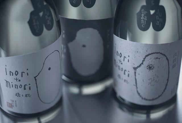画像: 「禱と稔」(酒造年度2015年)<化粧箱入 720ml>各¥3,800(参考小売価格) 3種類それぞれにラベルのデザインが異なる。「金紋錦」はシャープさとボディを感じる洗練の味。「フクノハナ」はやわらかな口当たりと豊かに広がるコクが魅力。「山田錦」は、酒米の王者らしい力強さとふくらみを備え、軽やかで心地いい余韻が続く PHOTOGRAPHS: COURTESY OF FUKUMITSUYA