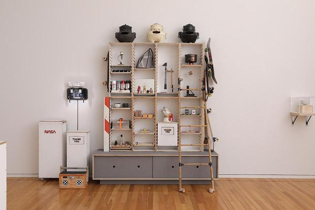 画像: 『トムサックス ティー セレモニー』展示風景。サックスが自作したブロンズ製の釜、茶碗、モーター付き茶筅(ちゃせん)、電動で動く杓(しゃく)などの茶道具が並ぶ PHOTOGRAPH BY TADASHI ONO