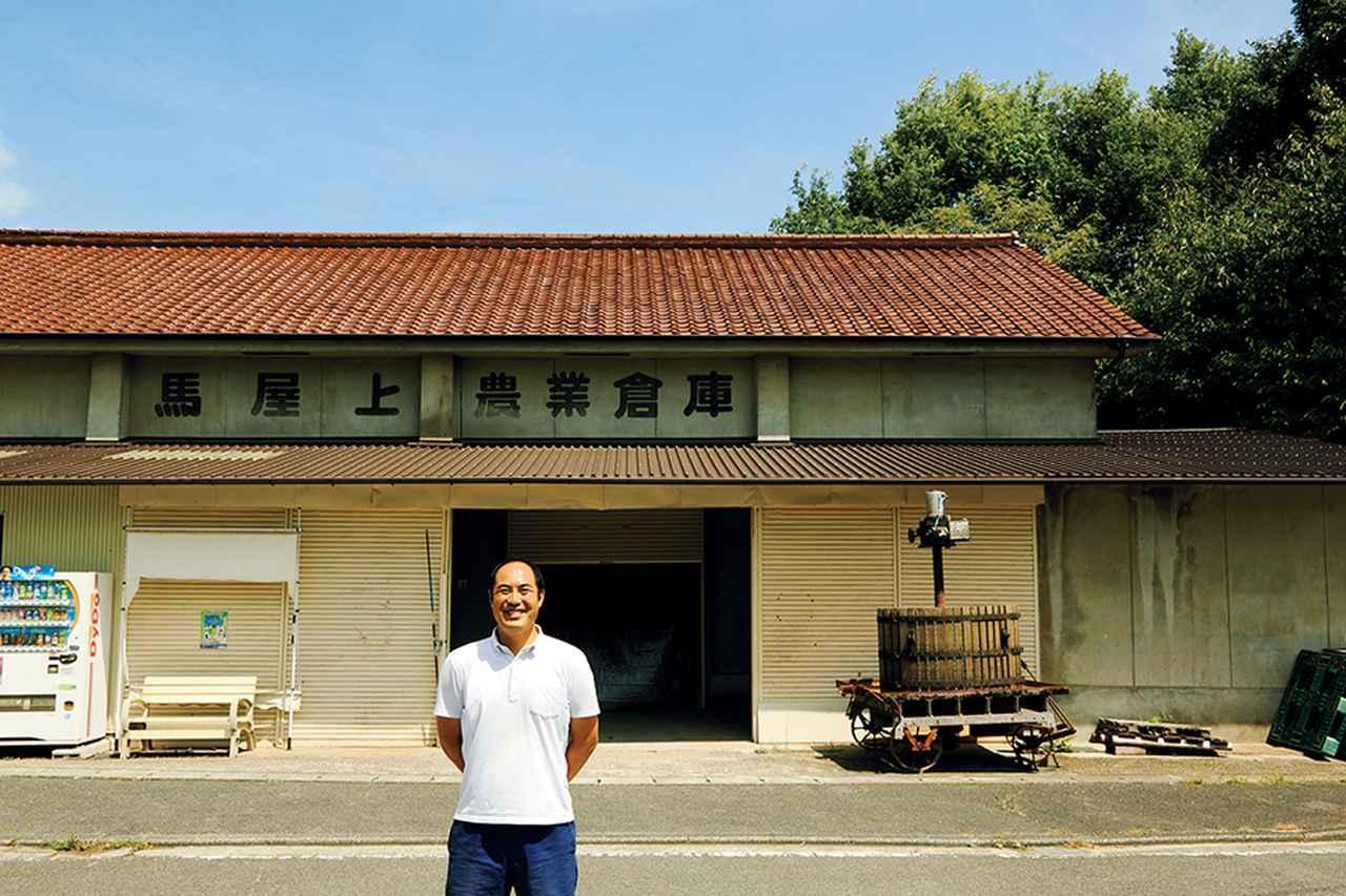 画像: 醸造所「ラ・グランド・コリーヌ・ジャポン」の前に立つ大岡弘武。1974年生まれの44歳
