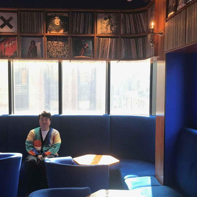 画像: 鳥羽伸博(NOBUHIRO TORIBA)さん TORIBA COFFEE代表。1977年東京都生まれ。高校卒業後渡英、8年の滞在を経て帰国。帰国後は家業であるコーヒーの業務に従事し、2014年にコーヒー豆専門店 「トリバコーヒー」をオープン。その他、「はまの屋パーラー」「Ginza Music Bar」も手がける。音楽、ファッション、アートなど、さまざまなカルチャーへの造詣も深い www.toriba-coffee.com PHOTOGRAPH BY YUKINO HIROSAWA