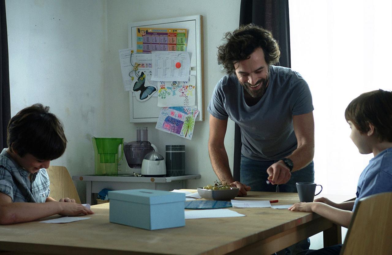 Images : 2番目の画像 - 「毎日、台本なしで演技は即興? 俳優 ロマン・デュリス 新作『パパは奮闘中!』を語る」のアルバム - T JAPAN:The New York Times Style Magazine 公式サイト