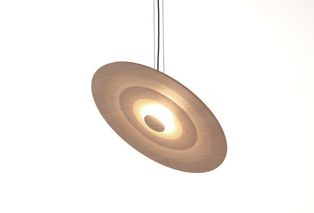 画像: ナラ、クリ材を使った照明器具「パラボールライト」のプロトタイプ (デザイナー ディミトリ・ベーラー) 椅子や箱物とは異なり、ディスク状の木材を極限まで薄く削りだすという作業は、カリモクにとっての新たな挑戦となった COURTESY OF KARIMOKU