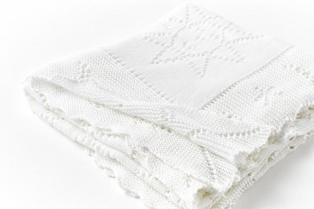 画像: 代々のロイヤルベビーを包んできたショールは、羽衣のようにふわりとしなやか。赤ちゃんのおくるみとしてだけでなく、バギーでお出かけのときのおしゃれなブランケットにも