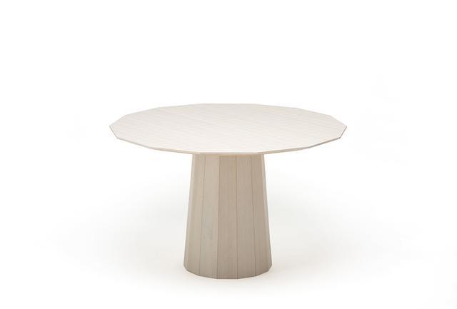 画像: クリ材を使った「カラーウッドダイニング」(デザイナー ショルテン&バーイングス) 日本の桶をオランダのデザインユニットの視点で解釈して生まれた独創的なテーブル。80に及ぶ部材は指物に見られる伝統的な木工技法で組み立てられる。こうした釘やネジを使用しない家具づくりが今でも日本で継承されていることに、海外のデザイナーは一様に驚くという COURTESY OF KARIMOKU