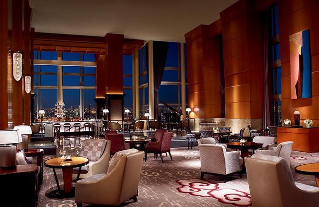 画像: 朝から晩まで1日中込み合う人気のザ・ロビーラウンジ。奥に見えるカウンター席はバーの一部。窓が大きいため、昼もエキサイティングな情景が望めるが、夜景は都会ならではの美しさ