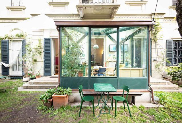 画像: ミラノデザインウィーク中、見本市会場以外でも、市内の屋敷の一室と中庭にKNSの家具を持ち込んで暮らしのシーンを演出。ソファ、収納棚、ダイニングテーブル、チェアに至るまで幅広いプロダクトを擁する同ブランドにとって格好の舞台となった PHOTOGRAPH BY TAKUMI OTA