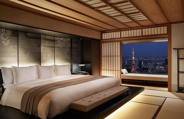 画像: 客室「モダンジャパニーズ スイート」<100㎡> ベイエリアや東京タワーが目前に迫る部屋。障子やヘッドボードの西陣織、京友禅職人が和紙に手描きした豪華な襖など、貴重な日本伝統のアートに包まれている