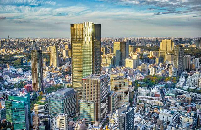 画像: 東京港区六本木エリアに、ひときわ高くそびえる東京ミッドタウンの超高層ビル。ホテルはこの高層階に展開されている