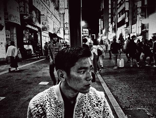 画像: モデルとなったUta。Utaは歌舞伎町に溶け込み街の男の顔に 「SAINT LAURENT SELF 01: DAIDO MORIYAMA」2018年 © DAIDO MORIYAMA PHOTO FOUNDATION / COURTESY OF SAINT LAURENT