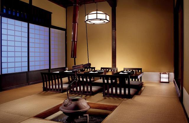 画像: 日本料理「ひのきざか」 由緒ある岐阜の古民家を移築した「黒松庵」は、祝い事や特別の席に PHOTOGRAPHS: COURTESY OF THE RITZ-CARLTON, TOKYO