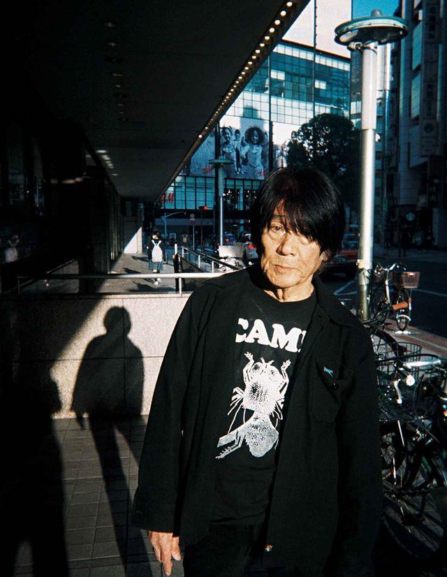 画像: 渋谷の街中で撮影した森山のポートレート。今年の夏には渋谷の街を舞台にした、森山の作品の野外展示プロジェクトが予定されている