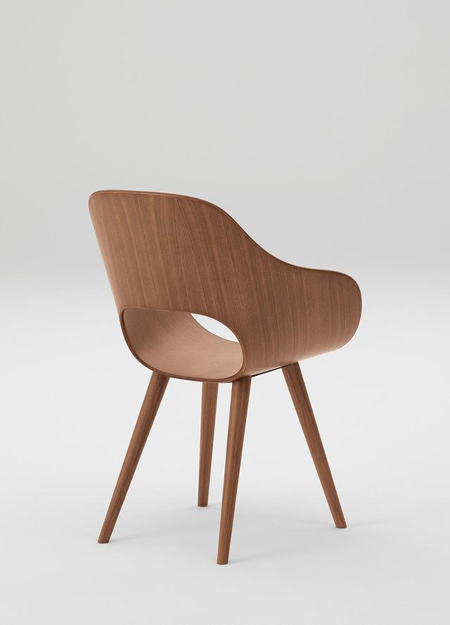 画像: マルニ木工「Roundish」アームチェア 2019年(デザイン 深澤直人) 成型合板一枚で、お尻の部分をぐるっと巻いた椅子。樹脂ならば簡単でも、合板で実現するには高度な曲げ木と接合の技術が必要だ。背後からの視線も意識したデザイン PHOTOGRAPH BY YONEO KAWABE