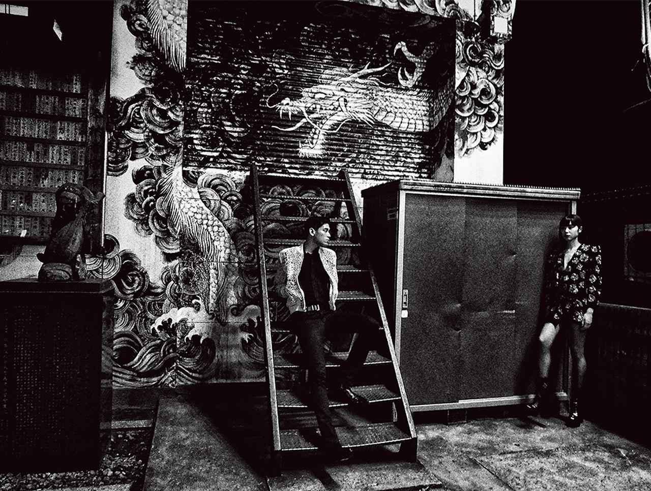画像: 「SELF」の展示のため、新宿・歌舞伎町でサンローランのモデル撮影がおこなわれた 「SAINT LAURENT SELF 01: DAIDO MORIYAMA」2018年 © DAIDO MORIYAMA PHOTO FOUNDATION / COURTESY OF SAINT LAURENT