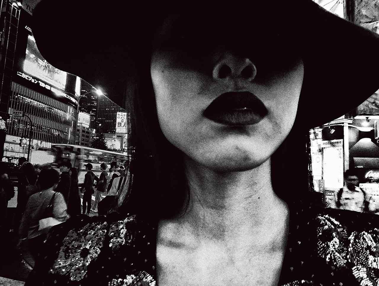 画像: モデルとなった本山琴美。唇のアップは森山が好んで撮るモチーフでもある 「SAINT LAURENT SELF 01: DAIDO MORIYAMA」2018年 © DAIDO MORIYAMA PHOTO FOUNDATION / COURTESY OF SAINT LAURENT