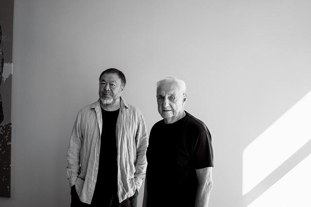 画像: (写真左から)現代美術家の艾未未、建築家のフランク・ゲーリー