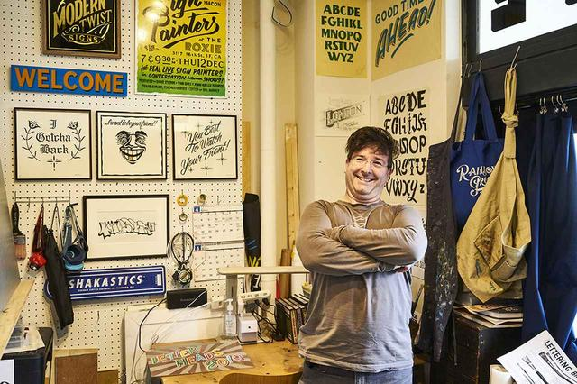 画像: DAMON STYER(デーモン・スタイヤー) アメリカの伝統的な手描きサイン「ニュー ボヘミア サインズ」のオーナー兼ペインター。撮影場所は、デーモンの弟子である中原真也のサインショップ「 モダン ツイスト サインズ(Modern Twist Signs) 」の工房にて。今回のワークショップも中原が企画したもの
