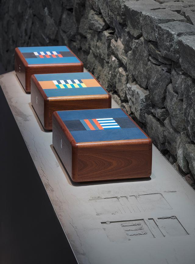 画像: マホガニー材の箱の蓋に革象嵌を施した「ウォッチボックス」、「シガーボックス」。時間とともに変化する度合いが一様ではない、木と革という素材の組み合わせは高度な技を要する。カラフルなレザーは、ホースレースで細かく決められている騎手のジャケットの色とパターンを取り入れた