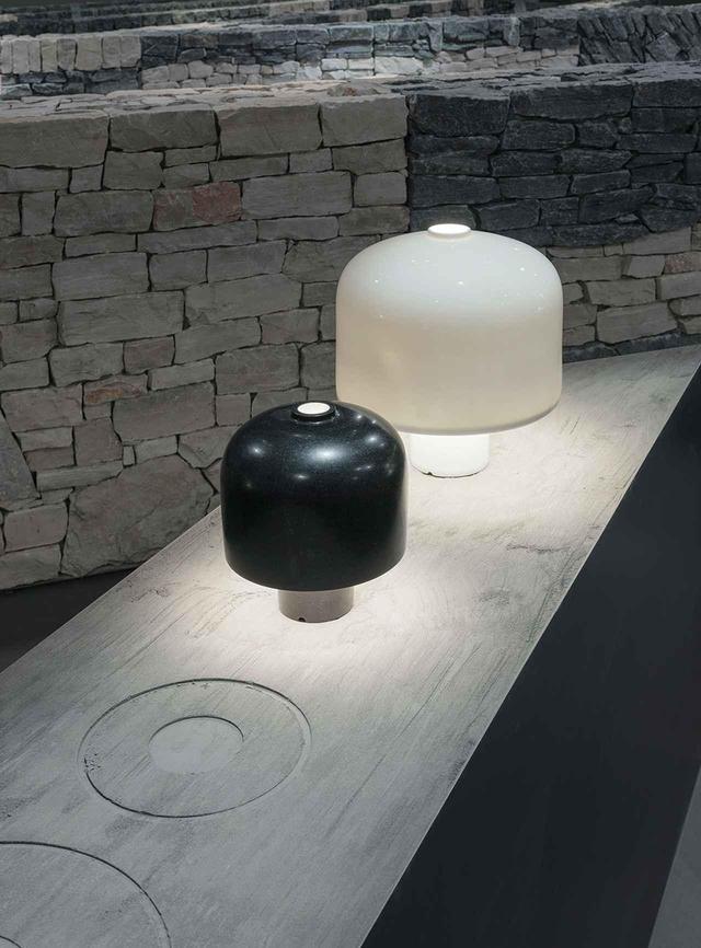画像: テーブルランプ 漆黒のグラナイトの「エカテ(Hacate)」と真っ白なポーセリンの「アロ(Halo)」。似たデザインのランプであるものの、光をまったく通さないグラナイトと光を通す磁器とでは素材の活かし方に違いが出る。それぞれの素材の持つ特性とデザインとのバランスを取りながら職人は素材に形を与えていく