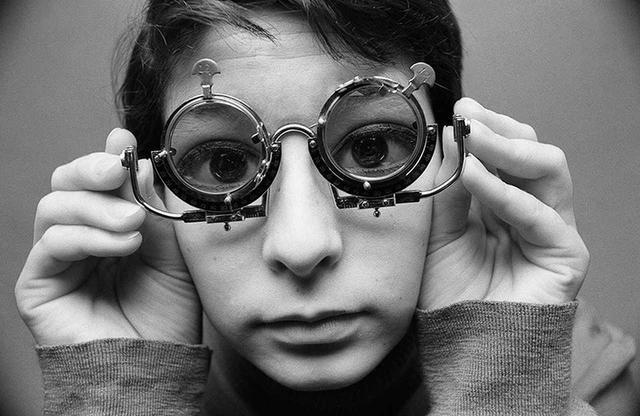 画像: 1965年、当時若手クリエイターの熱い支持を得ていた雑誌『カメラ毎日』の巻頭を大々的に飾った「舌出し天使」。このシリーズは昨年、数十年ぶりに東京・神宮前の「BOOKMARC」で展示されて評判を呼んだ © TATSUKI YOSHIHIRO