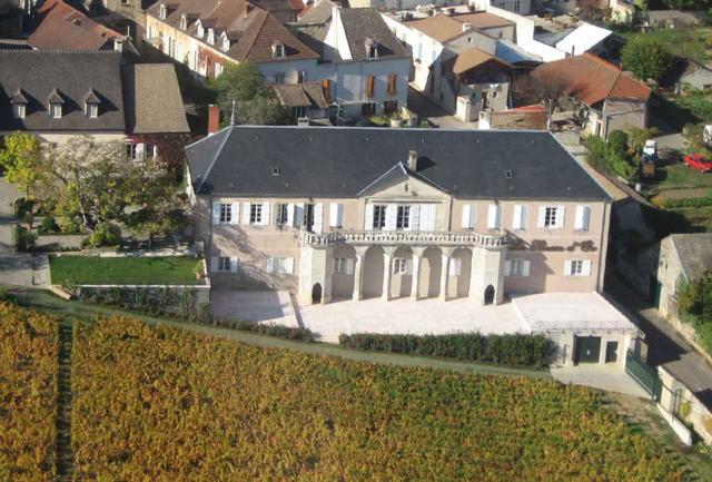 画像: ヴォルネイにある「ドメーヌ・ド・ラ・プスドール」。一見壮麗な屋敷だが、6層建築で、最新の醸造設備が整っている COURTESY OF LA POUSSE D'OR