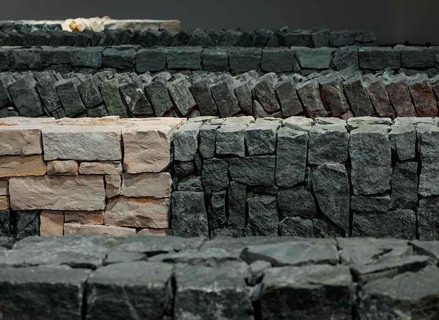 画像: もとからそこにあったかのように積み重ねられた様々な大きさの石灰岩やスレート石。不均一な大きさの石を積み上げるためには、それぞれの形の違いを見極める人の目と人の手が必要なことは容易にわかる