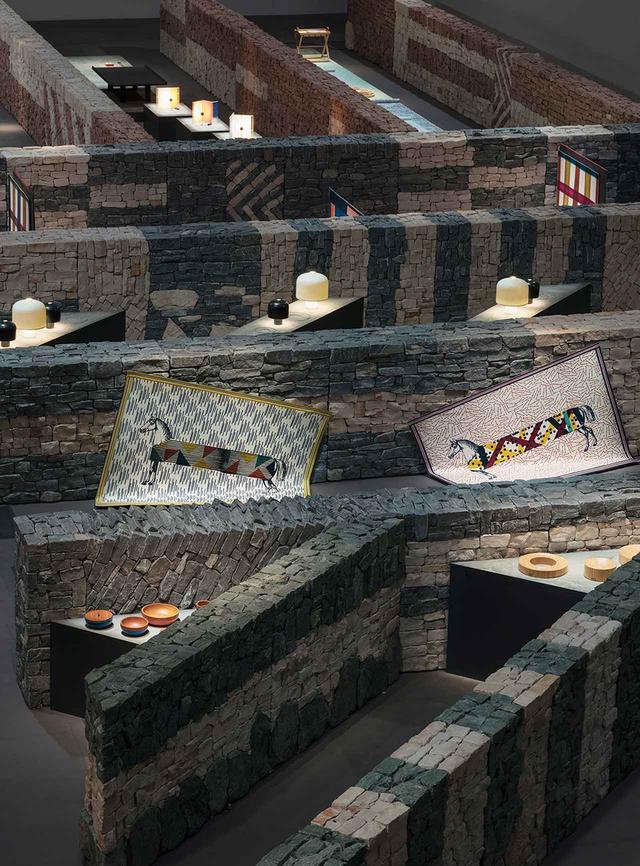 画像: 考古学の発掘現場のような展示空間。タイムレスなエルメスのオブジェたちはあたかもそこから掘り起こされたよう