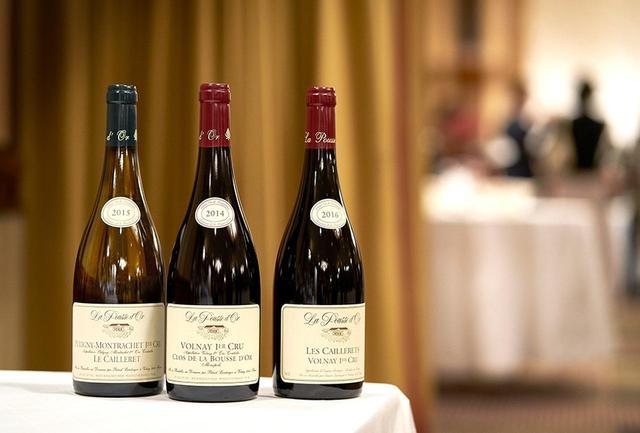 画像: (左から) 「ピュリニー・モンラッシェ プルミエ・クリュ ル・カイユレ2015」 <750ml>¥15,000 シャルドネ100%。ドメーヌ唯一の白。バターやバニラの香りで、ミネラル感もたっぷり 「ヴォルネイ プルミエ・クリュ クロ・ド・ラ・プスドール2014」 <750ml>¥12,500 フランボワーズなど赤い果実の香り。酸味と果実味のバランスはパーフェクト。コクがあり、余韻も長い 「ヴォルネイ プルミエ・クリュ レ・カイユレ アンフォール2016」 <750ml>¥14,000 チェリーやペッパーの香りとなめし皮のニュアンス。芳醇で力強い味。口当たりはシルキー。ヴォルネイ1級の3つのキュヴェを使用、アンフォラ(壺)で熟成
