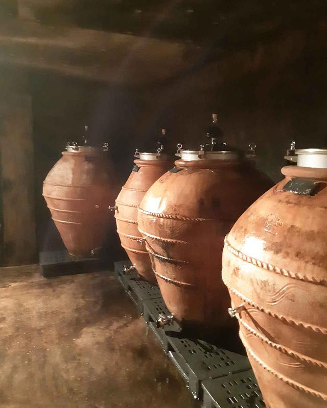 画像: 醸造にはアンフォラ(素焼きの壺)を使用。まろやかな味わいになるという COURTESY OF LA POUSSE D'OR