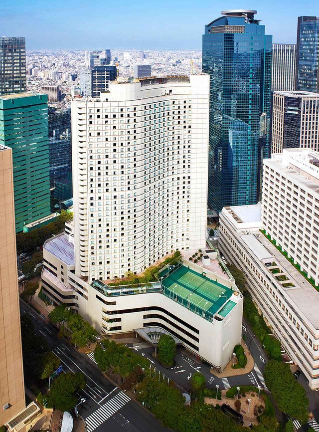 画像: 西新宿の中心に建つホテルの外観。38階建て、室内プールやジム、サウナ、屋外テニスコートなどスポーツ施設も充実