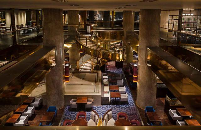 画像: ロビーに続く1階の「マーブルラウンジ」。デザートブッフェの時間帯は、このラウンジの周囲をデザートファンが取り囲むように並ぶ